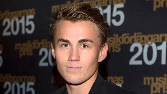 Mauro Scocco gav 25 000 kronor till låtskrivaren och artisten Viktor Olsson